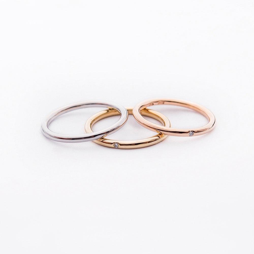 Золотое кольцо с бриллиантом в стиле минимализм